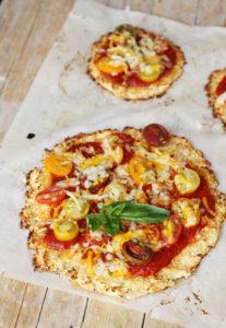 Pizza de coliflor con verduras ecológicas, locales y de temporada