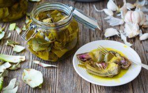 Conservas de alcachofas en aceite de oliva con verduras ecológicas locales y de temporada